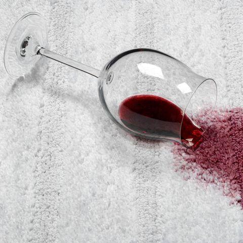 Rotweinfleck, Rotweinfleck entfernen, Rotweinfleck auf Teppich