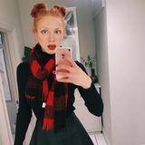 """Von wegen """"braves Schulmädchen""""! Anna Ermakova posiert zwar im züchtigen Rollkragenpullover, ihr ausgestellter Minirock akzentuiert aber sehr deutlich die schmale Taille und setzt ihre Endlosbeine in Szene."""