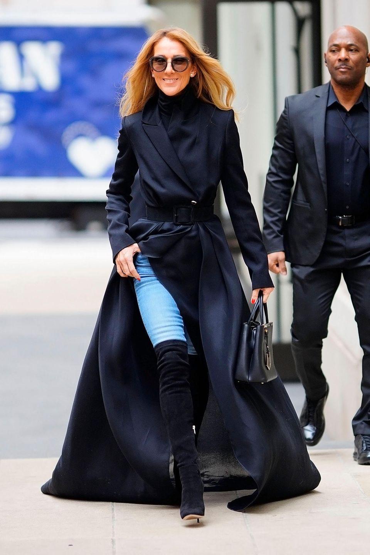 Mit diesem Wow-Mantel in Trench-Optik stolziert Celine Dion nach einem erfolgreichen Konzert auf den Straßen New Yorks. Die Blicke der umliegenden Menschen sind ihr bei diesem Look mehr als sicher. Die Kombination aus Jeans, Overknee-Stiefel und XXL-Mantel sprühen nur so vor Glamour. Dass Celine in Sachen Fashion auch eine andere Seite hat, beweist sie wenige Stunden später ...