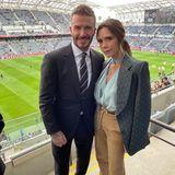 """David Beckham hat ein neues """"Baby""""; den Fußballclub """"Inter Miami CF"""", den er mitgründete, und der gerade sein erstes Spiel in der MLS, der amerikanischen Fußball-Liga, hatte. Klar. dass ihm auch an diesem Tag Ehefrau Victoria unterstützend und mega stylisch zur Seite steht. In einer beigen Kordhose und einer türkisfarbenen Bluse, über die sie sich lässig einen gemusterten Blazer geworfen hat, macht die Designerin eine tolle Figur."""