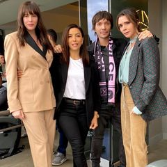 Prominente Unterstützung hat sie außerdem dabei: Liv Tyler, Eva Longoria und Star-Stylist Ken Paves posieren mit Victoria auf der Tribüne. Auch die beiden Schauspielerinnen entscheiden sich für überraschend schicke Hosenanzüge.