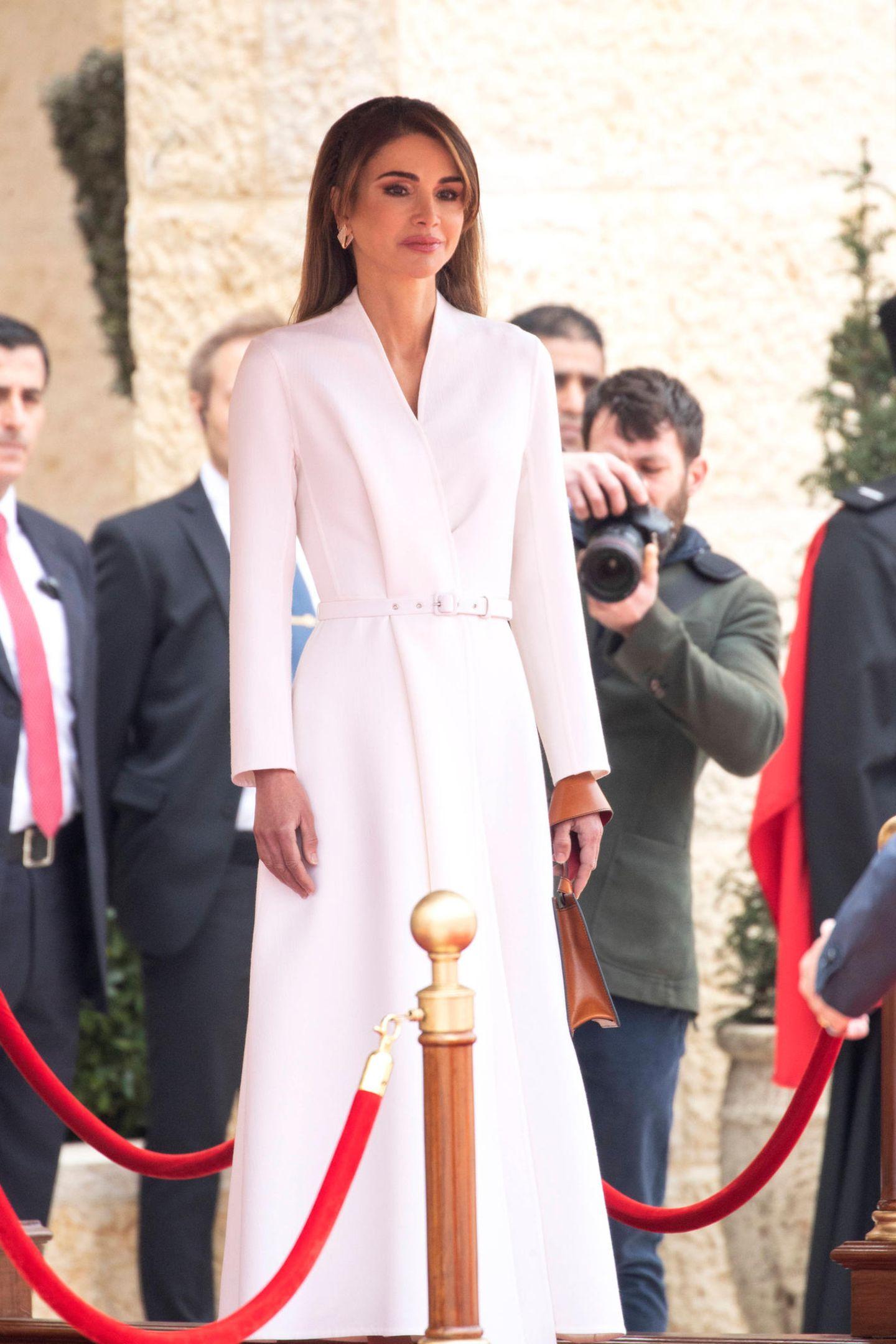Königin Rania hat ein Händchen für Mode, was sie wieder einmal unter Beweis gestellt hat. Beim Staatsbesuch von König Harald und Königin Sonja setzt sie auf einen eleganten weißen Look.
