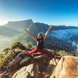 """1. März 2020  """"Dafür hat es sich gelohnt, um 5 Uhr morgens für eine Wanderung aufzustehen."""" Vor der traumhaften Kulisse des südafrikanischenTafelbergs reißt """"Vampire Diaries""""-Star Nina Dobrev die Arme überglücklich in die Höhe."""