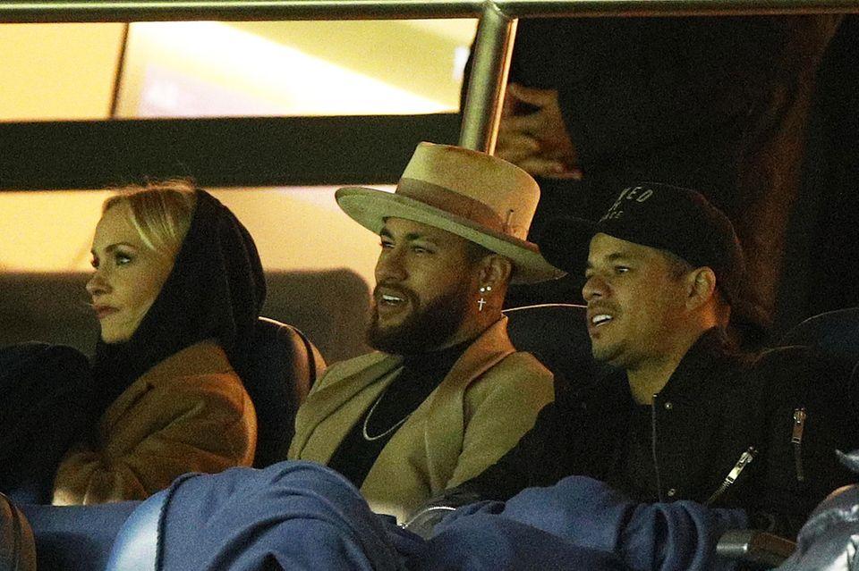 Janin Ullmann und Neymar (mit weiterer Begleitung) sahen sich am Samstag ein Fußballspiel in Paris an.