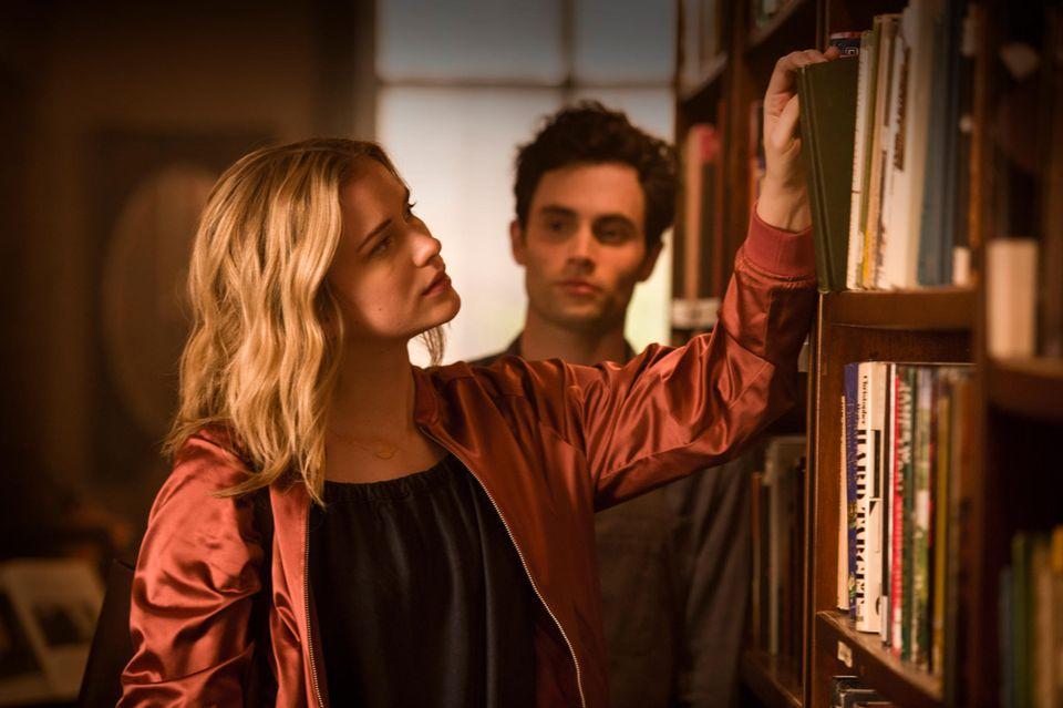 Beck (Elizabeth Lail) wird von Joe (Penn Badgley) ständig beobachtet