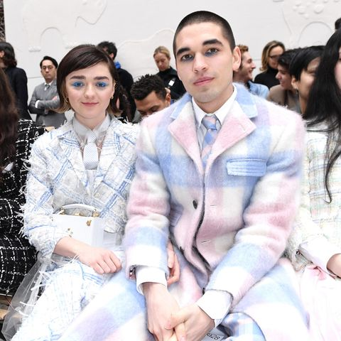Maisie Williams und Reuben Selby im Statement-Partnerlook bei Pariser Fashion Week.