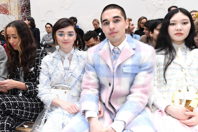 Maisie Williams und Reuben Selby im Statement-Partnerlook bei Pariser Fashion Week.
