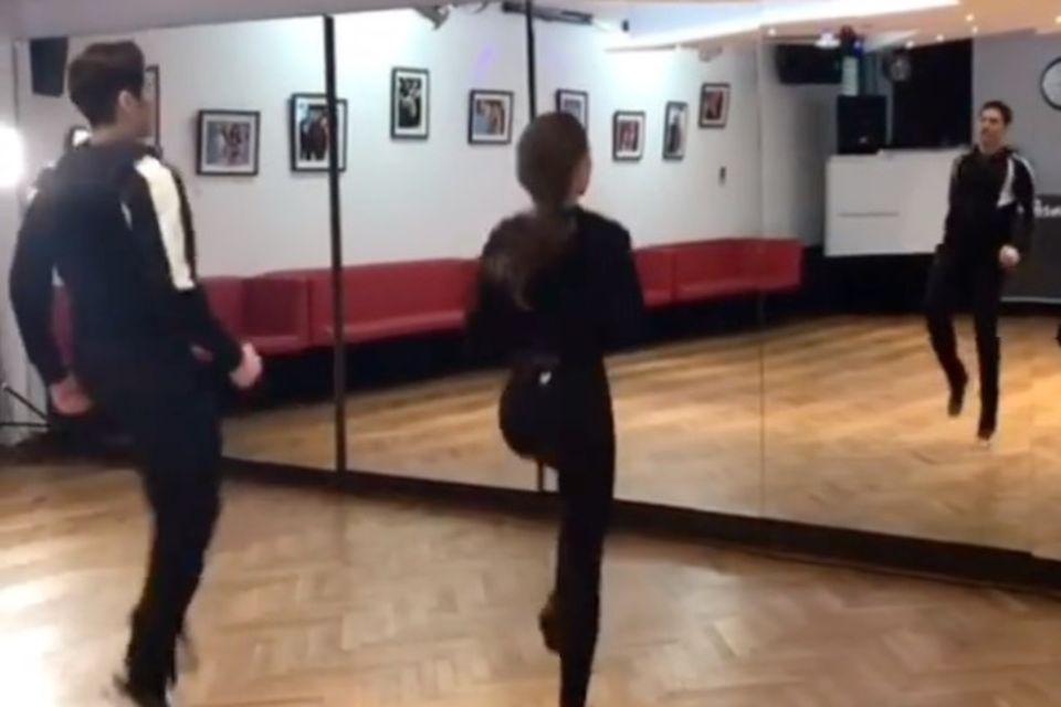 """Laura Müller wärmt sich beim """"Let's Dance""""-Training mit einer Übung auf, die sowohl Cardio- als auch Kraft vereint."""