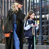 Währenddessen auf den Straßen von New York: Sienna Miller bringt Töchterchen Marlowe zur Schule. Auf ihrem grünen Roller und in Leggins und College-Jacke macht die Kleine eine fast genau so gute Figur wie ihre schöne Mama.