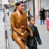 Die Pariser Modewoche lockt unzählige Fashionistas nach Frankreich. So auch Kim Kardashian, die Tochter North, 6, im Gepäck hat. In einem stylischen schwarzen Leder-Zweiteiler und coolen Cowboy-Boots schlendert die neben Mama Kim durch die Straßen.