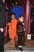 Wer glaubt, dass die siebenjährige Penelope nur einen Gucci-Mantel besitzt, irrt. Abends trägt sie ein weiteres Modell, dieses Mal aus Fake-Fur. Kostenpunkt: Über 1.300 Euro.