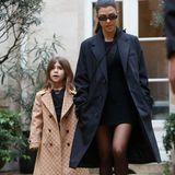 Auch Penelope zeigt sich in den neuesten Trends: InGucci-Trenchcoat, weit-geschnittener Hose und Boots macht sie den Bloggern Konkurrenz.