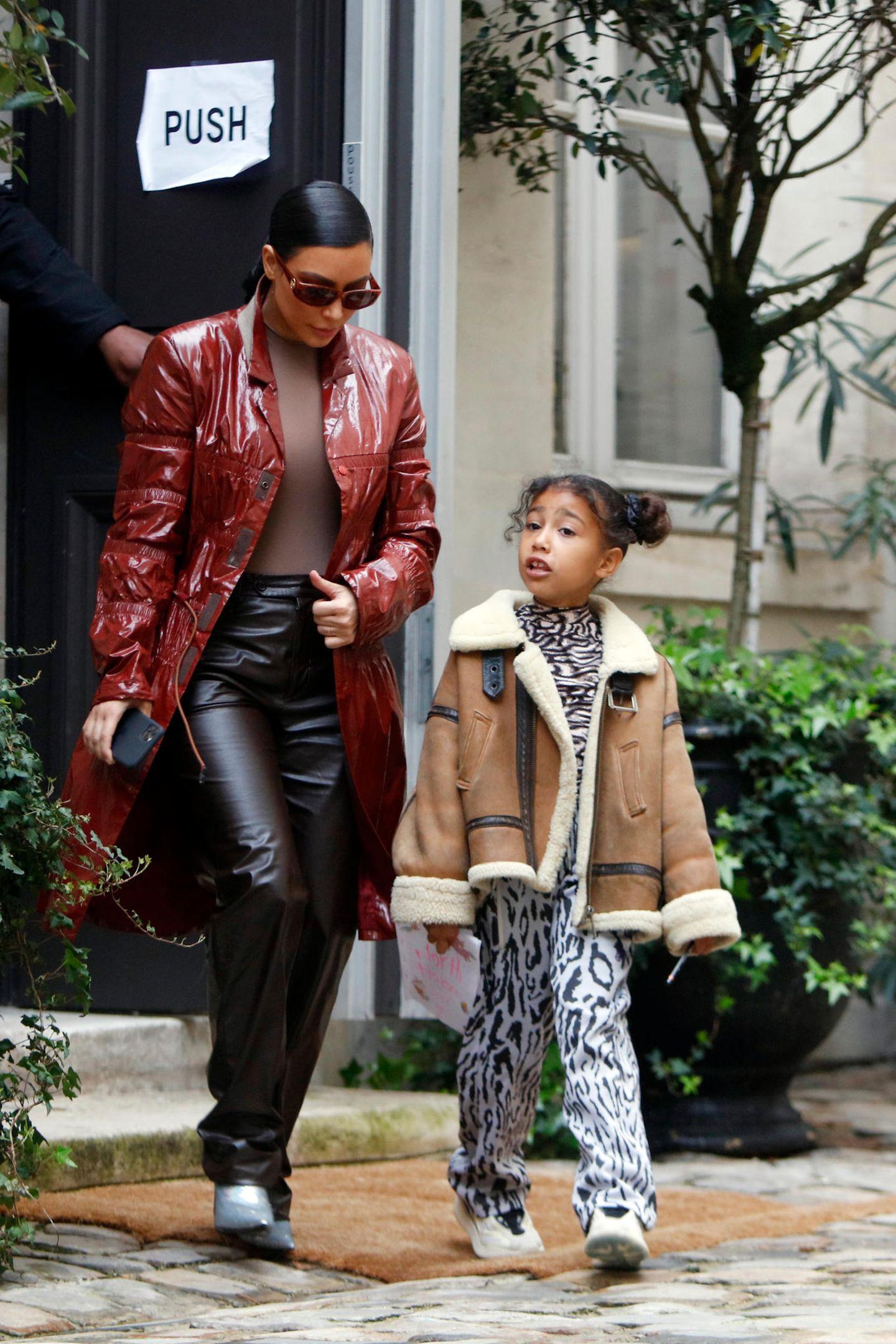 Genau wie Mama Kim scheint sich die kleine North mehrmals am Tag umzuziehen, um den wartenden Streetstyle-Fotografen immer wieder neue Outfits präsentieren zu können. Coole Sneaker und eine Lammfelljacke lassen North aussehen, wie ihre erwachsenen Vorbilder.