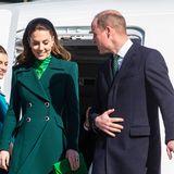 Herzogin Catherine und Prinz William landen in Dublin. Zum Auftakt ihrer Irlandreise könnten sie sich nicht diplomatischer zeigen: Während Kate ein grün-gemustertes Kleid von Alessandra Rich und einen dunkelgrünen Mantel von Catherine Walker trägt, setzt auch William mit seiner grünen Krawatte einen farblichen Akzent - in der Nationalfarbe des Landes.