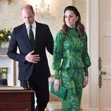 """Der Weg führt die Royals zunächst zum sogenannten """"Áras an Uachtaráin"""", der Residenz des irischen Präsidenten. Das Kate von Kopf bis Fußin Grün gekleidet ist, ist kein Zufall: Die Nationalfarbe Irlands ist grün. Wie gewohnt hat dieStylistin der 38-Jährigen ihre Hausaufgaben gemacht."""