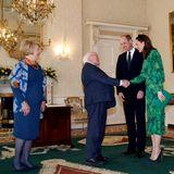 Kate und William werden von Michael D. Higgins, dem Präsidenten, und seiner Frau Sabina freundlich begrüßt. Trotz Coronavirus gibt man sich freundlich die Hand.