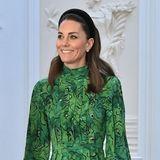 Das gemusterte Kleid ist ein echter Hingucker! Entworfen hat es die Designerin Alexandra Rich. In ihrem Haar trägt Kate eines ihrer Lieblings-Accessoires: einen Haarreif. Natürlich auch in Grün.