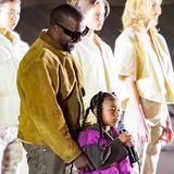 """Erst bringt Kanye West seinen """"Sunday Service"""" nach Paris, dann präsentiert er auch noch dieneue und bereits 8 Yeezy-Kollektionin Paris. Highlight: Seine Tochter North rappt vor großem Publikum."""