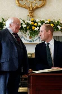 Wie oft der Prinz seinen Namen schon in Gästebücher geschrieben hat, kann er sicher nicht mehr zählen. Hier kommt eine weitere Unterschrift dazu.Der guten Laune Williams tut das keinen Abbruch. Die Chemie stimmt zwischen ihm und Michael D. Higgins.