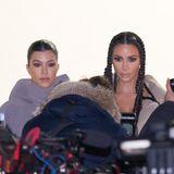 Kim Kardashian und Schwester Kourtney lassen sich natürlich die neue Yeezy-Show nicht entgehen. Kim trägt dafür sogar die gleiche Frisur wie ihre Tochter North.