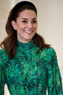 """An ihren Ohren funkeln die """"Daisy Heritage""""-Ohrringe von Asprey London. Zum Glück sind dieDiamantohrringe dank des Haarreifs zu sehen, kosten sie doch fast 20.000 Euro."""