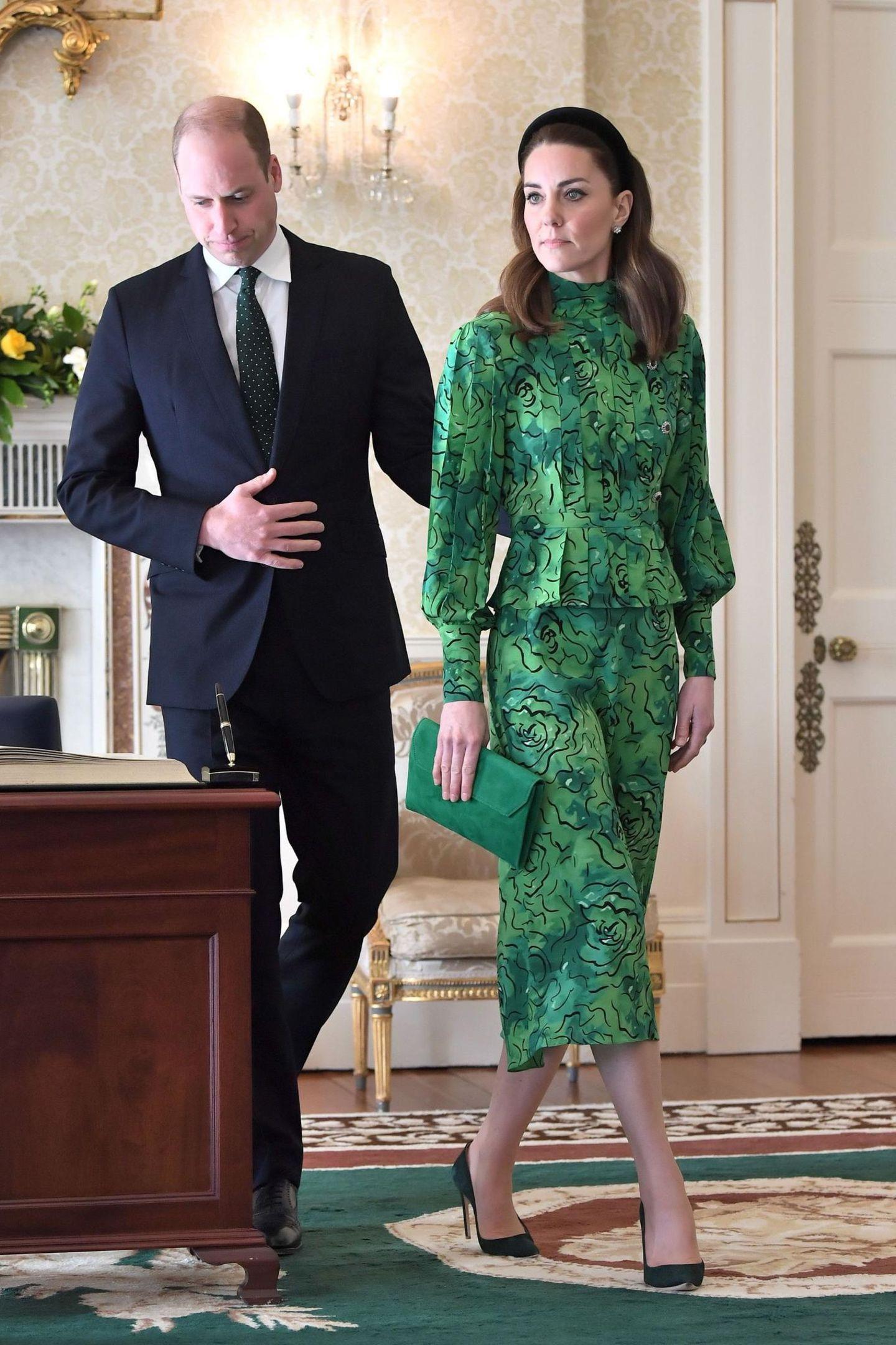 Beim Besuch des Präsidenten wird der Look, der aus der Frühjahr/Sommer-Kollektion dieses Jahres stammt,nochmal ohne Mantel präsentiert. Geraffte Ärmel, eine betonte Taille und Schößchen machen das gemusterte Dress zu einem absoluten Hingucker.
