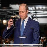 """Ob es am Bier liegt? Prinz William erlaubt sich bei einer kleinen Rede einen Scherz über die Queen und sorgt damit für den Lacher des Abends. """"Wir wandeln auf denSpuren meiner Großmutter, der 2011 hier gezeigt wurde, wie man das perfekte Bier einschenkt. Meine Damen und Herren, lassen Sie mich Ihnen sagen, dass ich der Königin nicht oft in eine Kneipe folge!"""""""