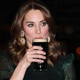 Cheeres! Kate nimmt ein Schlückchen Guiness.