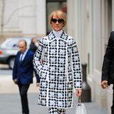 Sieweiß, wie sie alle Blicke auf sich zieht: Céline Dion zeigt sich in New York im Retro-Look von Moncler 8 Richard Quinn. Mantel und Leggings sind mit auffälligem Blumen-Print verziert, die weißen Pumps sind von Gianvito Rossi.
