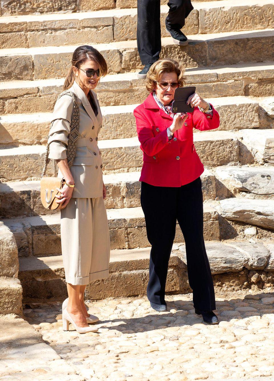 Königin Sonja fotogafiert mit dem Handy