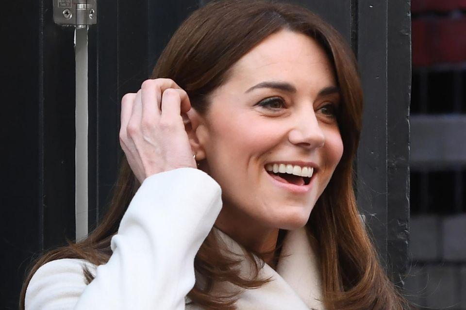 Herzogin Catherine scheint vor Beginn ihrer Irland-Reise noch mal beim Friseur gewesen zu sein: Ihr Haar ist deutlich kürzer als bei ihrem letzten Termin.