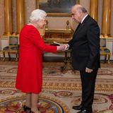 Queen Elizabeth trifft den Präsidenten von Malta, George Vella. Eine Begegnung, die Erinnerungen in der Königin hervorrufen dürften: Auf Malta verbrachte sie laut eigenen Aussagen die schönste Zeit ihres Lebens. Prinz Philip war von 1949 bis 1951 in seiner Rolle als Offizier der Royal Navy auf der Insel stationiert. Elizabethwar damals noch eine Prinzessin und alssolcheweniger in royale Pflichten eingebunden als heute. Die Freiheit nutze sie, um ihren Mann mehrmals für mehrere Wochen auf Malta zu besuchen.