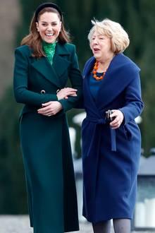 Arm in Arm schlendert Herzogin Kate mit PräsidentengattinSabina im Áras an Uachtaráin. Die Atmosphäre ist gelockert und Kate begeistert durch ihren natürlichen Look.
