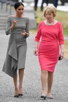 """Herzogin Meghans Look wirkt wie ein Kostüm der Serie """"Suits"""". Der enge Schnitt und der U-Boot-Ausschnitt geben dem Kleid den strengen Businesslook. Auch die Atmosphäre zwischen der First Lady von Irland und Meghan scheint bei dem Staatsbesuch etwas unterkühlt. Ein bisschen mehr Leichtigkeit im Outfit und der Stimmung hätte Herzogin Meghan gutgetan."""