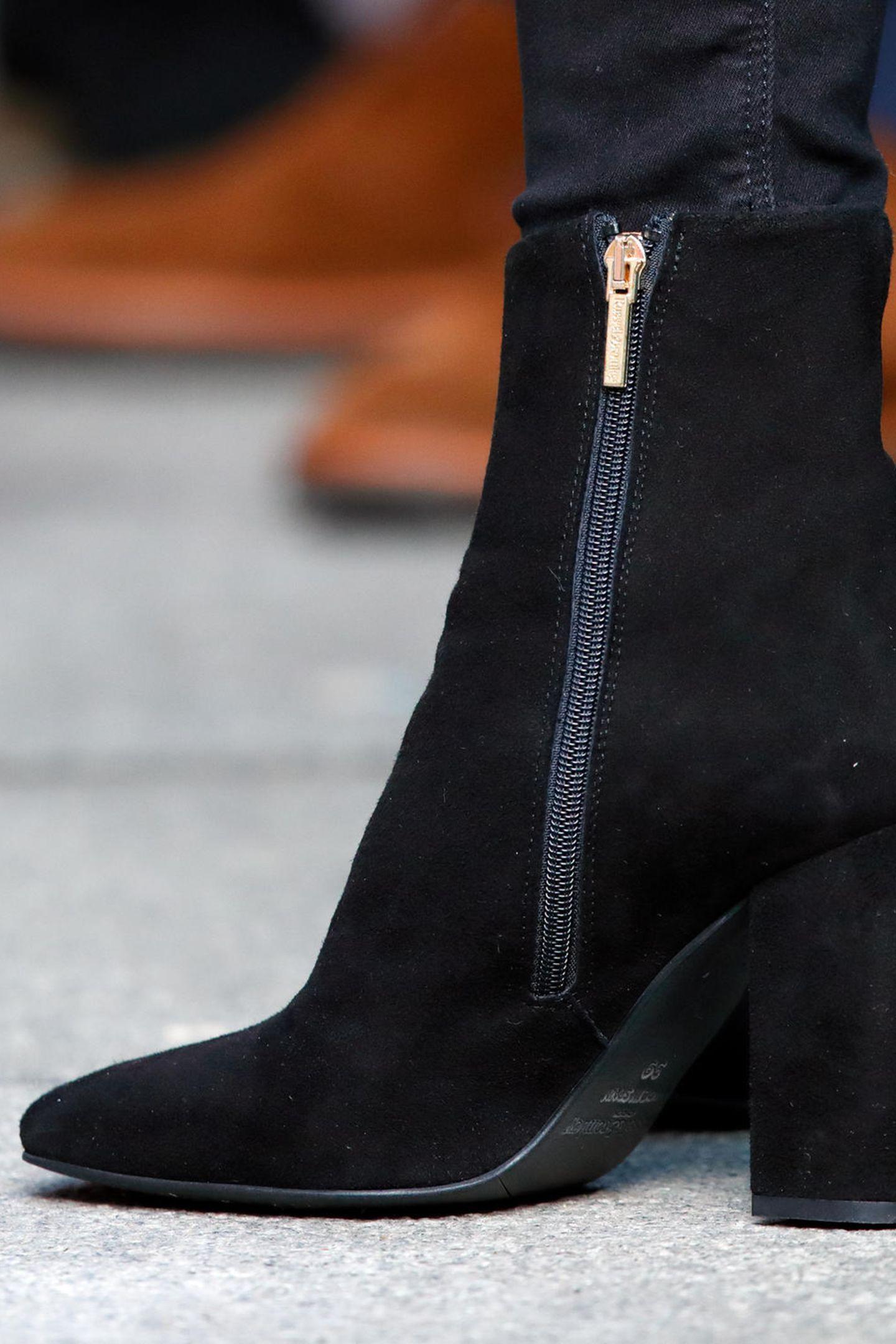 """Die Schuhe, von Russel & Bromley, machen den Look perfekt - das Modell trägt den romantischen Namen """"Date Night"""". Dank der breiten Absätze, einemgoldenen Reißverschluss und schlichtem schwarzenWildleder werdendie 260-Euro-Schuhe zu einem absolut zeitlosen It-Piece."""