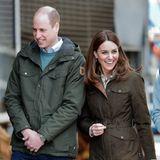 Bestens gelauntabsolvieren Prinz William und Herzogin Catherine einen weiteren Termin: Sie besuchen einen nachhaltigen Bauernhof - und ihre Looks könnten nicht passender sein. Beide tragen Jeans und festes Schuhwerk. Auch farblich hat sich das glückliche Paar abgestimmt.
