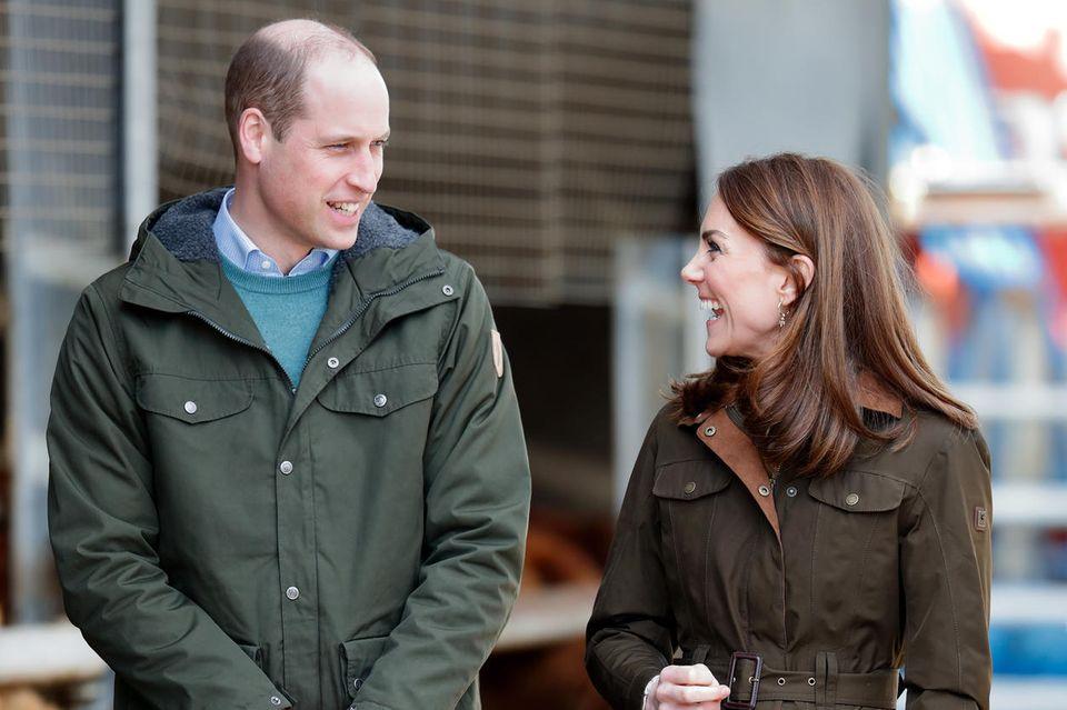 Nachhaltigkeit? Kann Kate! Die braunen Stiefel von Penelope Chilvers sind schon seit Jahren im Besitz der Herzogin und ihr absolutes Lieblingsmodell für Termine dieser Art. Auch die braungrüne Dubarry-Jacke ist ein echterKlassiker und zählt seit Jahrzehntenzu den Must-Haves des Adels.
