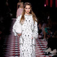 Dunkles Setting aber helle, verspielte Designs wurden bei Miu Miu gezeigt - an Models wie Gigi Hadid.