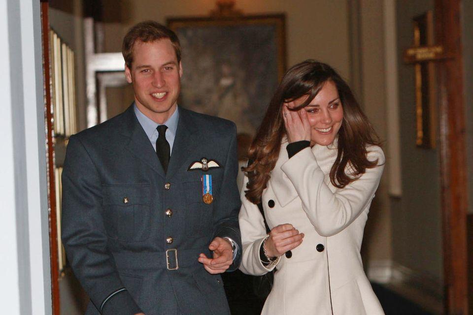 Vor langer Zeit: Prinz William und Kate Middleton feiern seinen Abschluss bei der RAF. Sie trägt den gleichen weißen Mantel von Reiss.