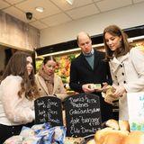 Übrigens: Die Zutaten für die Suppe haben William und Kate vorher höchstpersönlich eingekauft. Wer glaubt, dass die Royals davon im Alltag keine Ahnung haben, irrt: Kate wurde über die Jahre immer wieder beim Besuch von Supermärktengesehen und fotografiert.