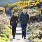 """Diesen Moment genießen Kate und William nur zu zweit:Bei strahlendem Sonnenschein geht das Ehepaar auf demberühmten """"Howth Cliff Walk"""" spazieren. Der Pfad auf der Halbinsel Howth führt an derKüste entlang und ist ein Magnet für Touristen. Umweltminister Richard Burton verrät: """"Kate und William merkten an, dass man nicht nach Irland kommen könne ohne die Küste zu sehen.Also gewährte man ihnen diesen Wunsch."""""""