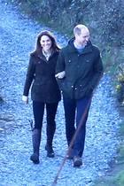 So privat sieht man die Cambridges selten: Arm in Arm schlendern Kate und William durch die irische Natur. Ein Moment der Ruhe, um Energie für die nächsten Tage zu sammeln. Denn in London wartet nicht nur der hektische Alltag auf sie, sondern auch Herzogin Meghan. Diese ist für einige Termine aus Kanada zurückgekehrt und wird William und Kate spätestens am 9. März bei einem offiziellen Termin in der Westminster Abbey wiedersehen.