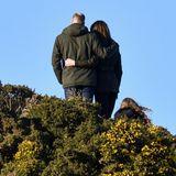 Zärtlich legen Kate und William ihre Arme umeinander. Ob die beiden für ein Erinnerungsfoto posieren oder die Aussicht genießen? Man weiß es nicht. Was man aber weiß ist:In solch vertrauter Pose sieht man die beiden nicht allzu oft, denn mit Zuneigungsbekundungen halten sie sich in der Öffentlichkeit zurück.