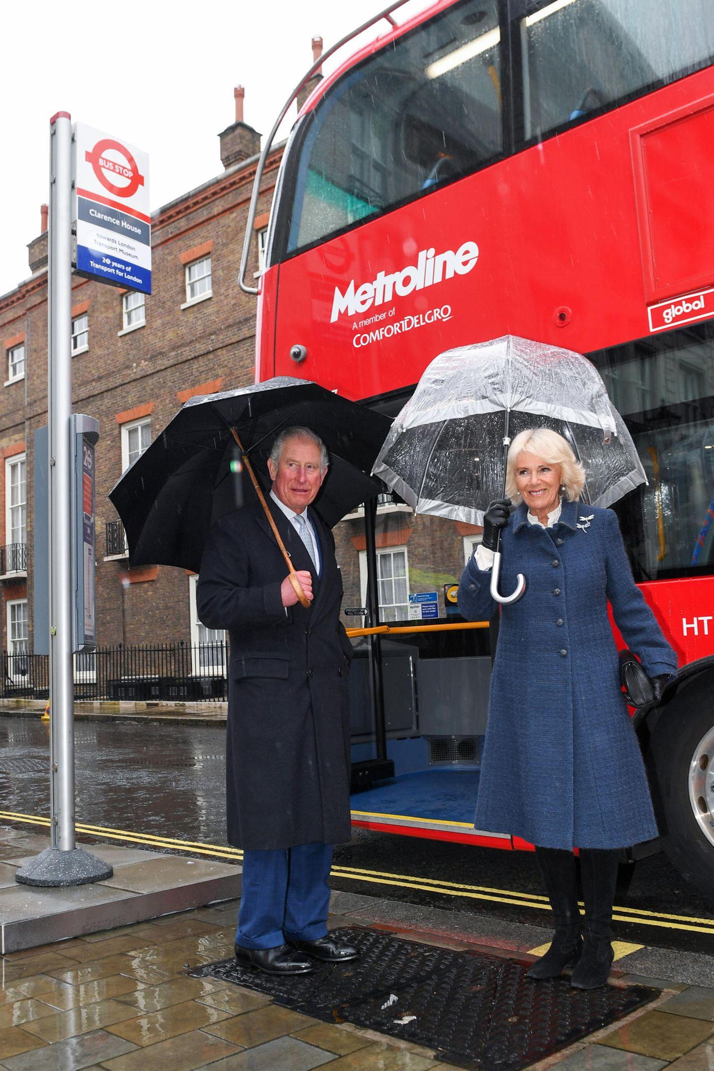 4. März 2020  London lässt Prinz Charles und Herzogin Camilla buchstäblich im Regen stehen. Das schlechte Wetter hält die beiden Royals aber nicht davon ab, das London Transport Museum zu besuchen, und dort fahren sie selbstverständlich mit einem roten Doppeldeckerbus hin.