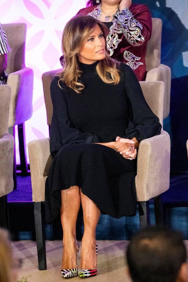 Die elegante Chiffonrobe mit weiten Glockenärmeln von Akris steht Melania Trump ausgezeichnet. Wirklich aufregend wird der Look aber erst durch die bunten High-Heels von Christian Louboutin, die sie dazu kombiniert.