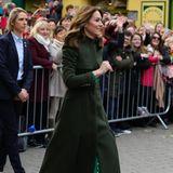 Draußen zieht sie dann einen dunkelgrünen Mantel von Alexander McQueen darüber, der zu den schwarzen Stiefeln von Ralph Lauren ebenfalls perfekt passt.