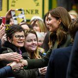 Und Catherine zeigt keinerlei Scheu, die Iren per Handschlag zu begrüßen. Wie schön, dass die Herzogin sich nicht von der Panik um das Coronavirus anstecken lässt. Trotzdem: Hände waschen nicht vergessen!