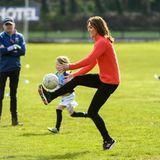 Nach ihrem Pub-Besuch geht es für Catherine und William auf den Sportplatz des Salthill Knocknacarra GAA Clubs in Galway. Und dort zeigt die Herzogin, wie gut sie am Ball bleiben kann.