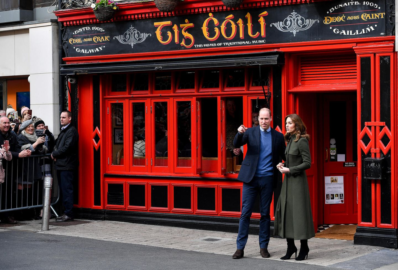 Tag 3  Am dritten Tag ihrer Irlandreise ist es auch endlich Zeit für einen Pub-Besuch in Stadtzentrum von Galway. Hunderte Schaulustige sind gekommen, um William und Kate zu sehen.