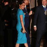 Die Mode-Prinzessin is back! Für ihren ersten offiziellen Auftritt nach dem Megxit hat sich Herzogin Meghan fürein strahlendes petrolfarbenes Etuikleid entschieden, mit dem ihr alle Blicke gewiss sind. Schuhe und Clutch in Schwarz sind perfekt aufeinander abgestimmt.